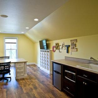他の地域の広いトラディショナルスタイルのおしゃれなクラフトルーム (黄色い壁、クッションフロア、造り付け机) の写真