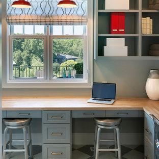 Imagen de despacho clásico, de tamaño medio, con paredes grises, suelo de linóleo y escritorio empotrado