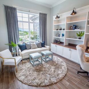 Idéer för mellanstora funkis hemmabibliotek, med grå väggar, klinkergolv i porslin och ett inbyggt skrivbord