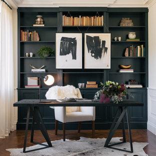 Diseño de despacho tradicional renovado con suelo de madera en tonos medios y escritorio independiente