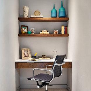 Foto di un piccolo studio contemporaneo con pareti grigie, moquette e scrivania incassata