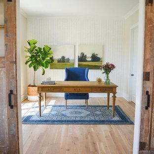 コロンバスのカントリー風おしゃれなホームオフィス・仕事部屋 (ベージュの壁、淡色無垢フローリング、自立型机、ベージュの床) の写真