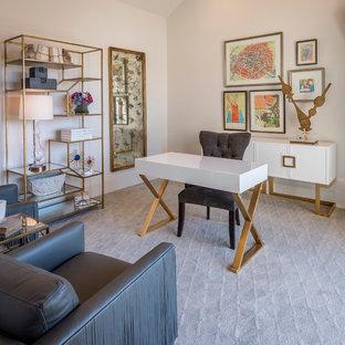 オースティンの中くらいのトランジショナルスタイルのおしゃれな書斎 (白い壁、セラミックタイルの床、自立型机) の写真