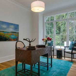 Idee per uno studio tradizionale con pareti beige, pavimento in legno massello medio, nessun camino e scrivania autoportante