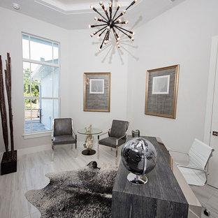 Diseño de despacho minimalista, de tamaño medio, con paredes grises, suelo de mármol y escritorio independiente