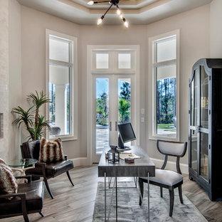Foto di un ufficio minimalista con pareti bianche, parquet chiaro, scrivania autoportante, pavimento marrone e camino bifacciale
