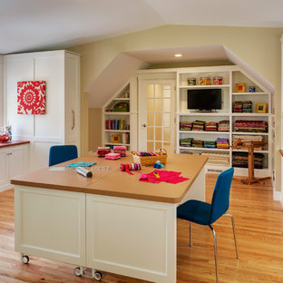Imagen de sala de manualidades tradicional renovada, extra grande, con paredes verdes, suelo de madera en tonos medios, escritorio independiente y suelo amarillo