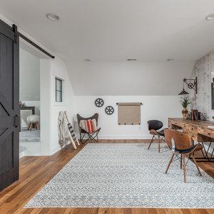 Idee per una grande stanza da lavoro country con pareti marroni, pavimento in legno massello medio, scrivania autoportante e pavimento multicolore