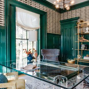 ボストンの中サイズのエクレクティックスタイルのおしゃれな書斎 (緑の壁、無垢フローリング、自立型机、白い床) の写真