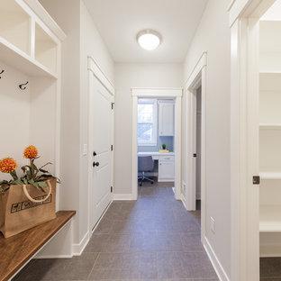ミネアポリスの中くらいのカントリー風おしゃれな書斎 (緑の壁、セラミックタイルの床、造り付け机、茶色い床) の写真