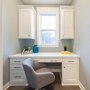 ミネアポリスの中サイズのカントリー風おしゃれな書斎 (緑の壁、セラミックタイルの床、造り付け机、茶色い床) の写真