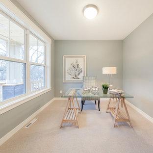 Idee per un ufficio country di medie dimensioni con pareti verdi, moquette, scrivania autoportante e pavimento beige