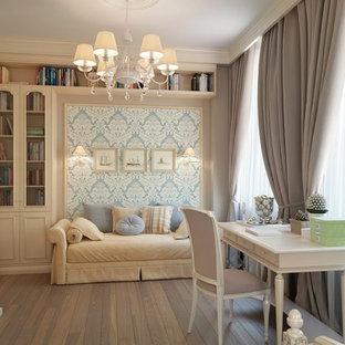 Kleines Shabby-Style Lesezimmer ohne Kamin mit beiger Wandfarbe, hellem Holzboden, freistehendem Schreibtisch und braunem Boden in Sonstige