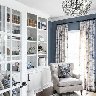 Landhaus Arbeitszimmer mit Arbeitsplatz, blauer Wandfarbe, dunklem Holzboden und braunem Boden in Chicago