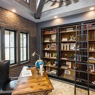 Mittelgroßes Industrial Arbeitszimmer ohne Kamin mit Arbeitsplatz, grauer Wandfarbe, dunklem Holzboden, freistehendem Schreibtisch und braunem Boden in Sonstige
