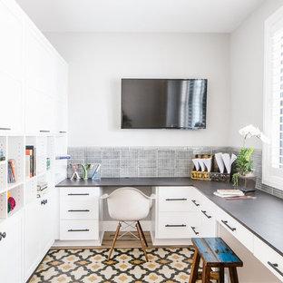 Foto di uno studio country con pareti grigie, scrivania incassata e pavimento multicolore