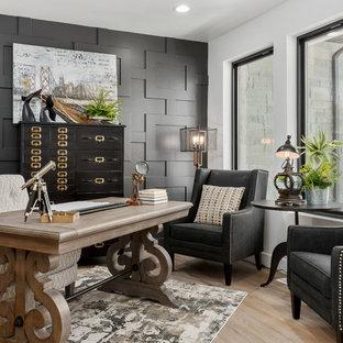 ソルトレイクシティのトランジショナルスタイルのおしゃれなホームオフィス・仕事部屋 (白い壁、淡色無垢フローリング、自立型机、ベージュの床) の写真
