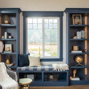 Foto de despacho clásico renovado, de tamaño medio, sin chimenea, con suelo de madera en tonos medios, suelo marrón, paredes beige y escritorio independiente