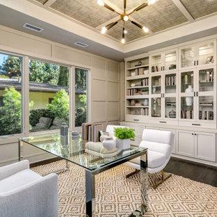 Inredning av ett klassiskt arbetsrum, med grå väggar, mörkt trägolv, ett fristående skrivbord och brunt golv