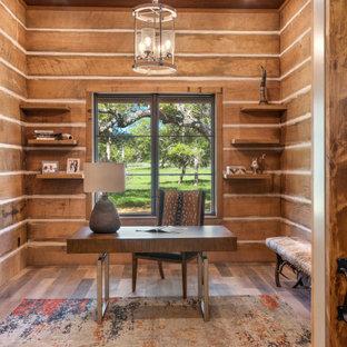Idéer för ett mellanstort lantligt hemmabibliotek, med bruna väggar, ljust trägolv och flerfärgat golv