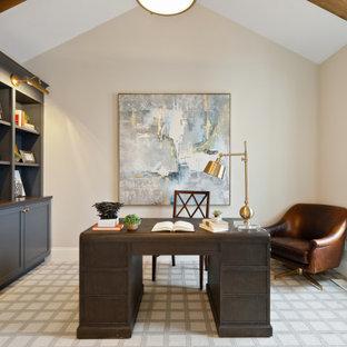 Cette photo montre un bureau chic avec un mur beige, moquette, aucune cheminée, un bureau indépendant, un sol multicolore, un plafond en poutres apparentes et un plafond voûté.