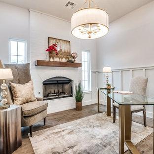 オクラホマシティの広いカントリー風おしゃれな書斎 (白い壁、淡色無垢フローリング、標準型暖炉、レンガの暖炉まわり、自立型机) の写真