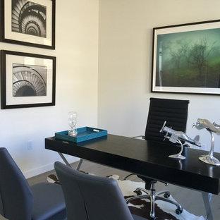 サンフランシスコの中くらいのコンテンポラリースタイルのおしゃれな書斎 (白い壁、コンクリートの床、横長型暖炉、漆喰の暖炉まわり、自立型机、黒い床) の写真