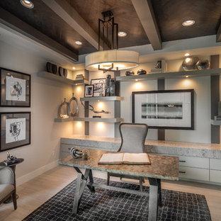 オースティンの大きいコンテンポラリースタイルのおしゃれな書斎 (磁器タイルの床、自立型机、ベージュの壁、暖炉なし、ベージュの床) の写真