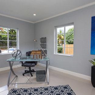 マイアミの中くらいのコンテンポラリースタイルのおしゃれな書斎 (グレーの壁、リノリウムの床、暖炉なし、自立型机) の写真