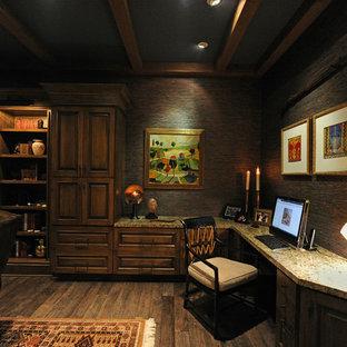 Imagen de despacho negro, mediterráneo, con suelo de madera oscura y escritorio empotrado