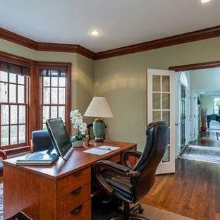 ブリッジポートの中くらいのトラディショナルスタイルのおしゃれなホームオフィス・書斎 (緑の壁、ラミネートの床、自立型机、茶色い床) の写真