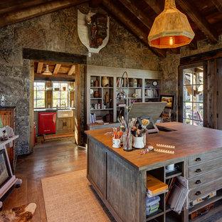 Идея дизайна: большая домашняя мастерская в стиле рустика с темным паркетным полом и отдельно стоящим рабочим столом без камина