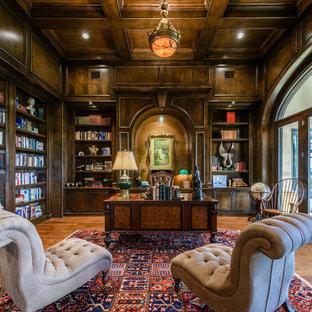 Idéer för att renovera ett mycket stort vintage hemmabibliotek, med ett fristående skrivbord
