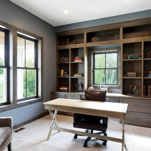 Immagine di un ufficio chic con pareti blu, moquette e scrivania autoportante
