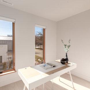バンクーバーの小さいコンテンポラリースタイルのおしゃれなホームオフィス・書斎 (ライブラリー、白い壁、淡色無垢フローリング、自立型机、黄色い床) の写真