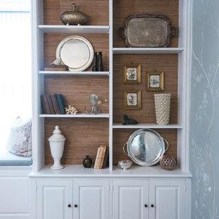 Пример оригинального дизайна: кабинет среднего размера в классическом стиле с серыми стенами, паркетным полом среднего тона, стандартным камином, фасадом камина из дерева, отдельно стоящим рабочим столом и коричневым полом