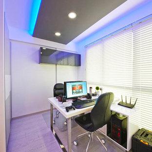 シンガポールの小さいコンテンポラリースタイルのおしゃれな書斎 (白い壁、自立型机) の写真