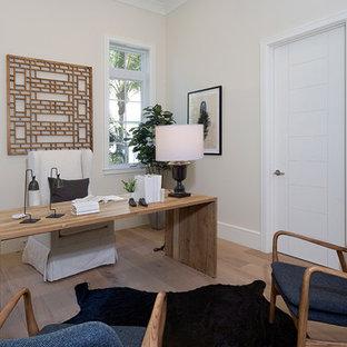 マイアミの中サイズのトロピカルスタイルのおしゃれな書斎 (ベージュの壁、淡色無垢フローリング、暖炉なし、自立型机、ベージュの床) の写真