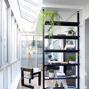 他の地域の小さいエクレクティックスタイルのおしゃれな書斎 (白い壁、淡色無垢フローリング、暖炉なし、自立型机、ベージュの床) の写真