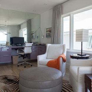 他の地域の中サイズのコンテンポラリースタイルのおしゃれなホームオフィス・書斎 (白い壁、淡色無垢フローリング、両方向型暖炉、木材の暖炉まわり、造り付け机、ベージュの床) の写真