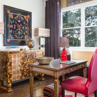 Idee per un ufficio etnico con parquet scuro, scrivania autoportante e pavimento marrone