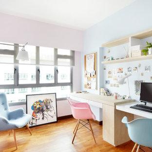 Idées déco pour un bureau scandinave de taille moyenne avec un sol en bois brun et un bureau intégré.