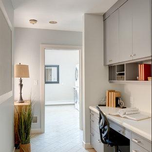 ボストンの中サイズのコンテンポラリースタイルのおしゃれな書斎 (グレーの壁、セラミックタイルの床、造り付け机、ベージュの床) の写真