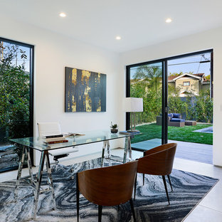 ロサンゼルスの中くらいのコンテンポラリースタイルのおしゃれなアトリエ・スタジオ (白い壁、磁器タイルの床、暖炉なし、自立型机、ベージュの床) の写真
