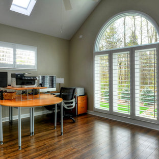 シャーロットの大きいコンテンポラリースタイルのおしゃれな書斎 (ベージュの壁、ラミネートの床、暖炉なし、造り付け机) の写真