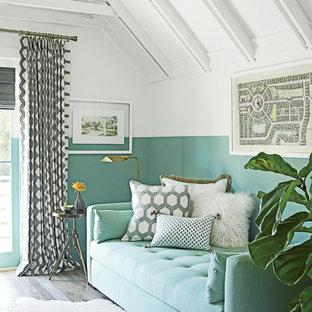 マイアミの小さいビーチスタイルのおしゃれなホームオフィス・書斎 (マルチカラーの壁、無垢フローリング、造り付け机、暖炉なし) の写真