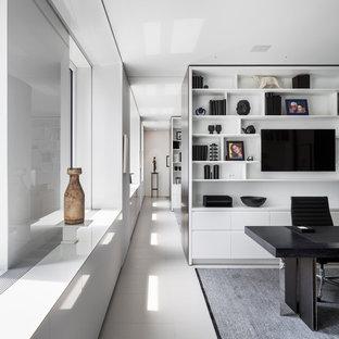 Modelo de despacho contemporáneo con escritorio independiente, paredes blancas y suelo blanco