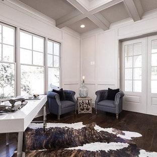 Idéer för mellanstora lantliga hemmabibliotek, med vita väggar, mörkt trägolv och ett fristående skrivbord