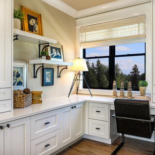 Esempio di uno studio country di medie dimensioni con pareti beige, pavimento in legno massello medio, scrivania incassata e pavimento marrone