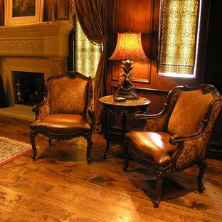 Esempio di un ufficio tradizionale di medie dimensioni con pareti beige, pavimento in legno massello medio, camino classico, cornice del camino in intonaco, scrivania autoportante e pavimento marrone